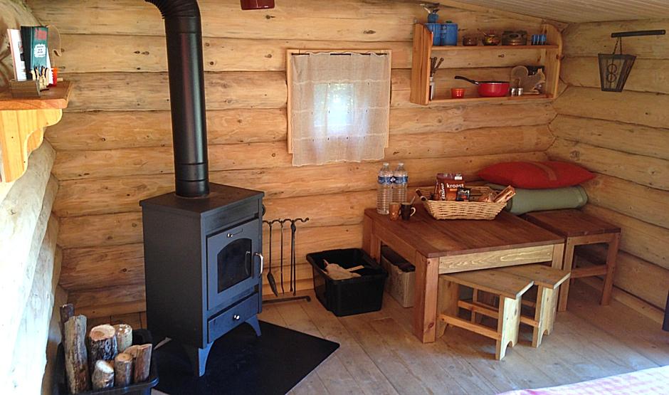 la cabane du haut est équipée d'un poêle à bois.